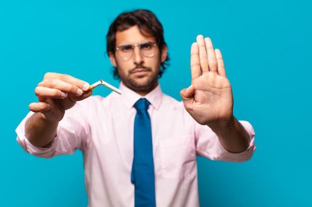 Uomo d'affari bello adulto. smettere di fumare concetto
