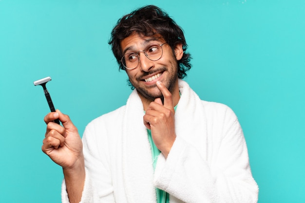 Concetto di rasatura uomo indiano bello adulto
