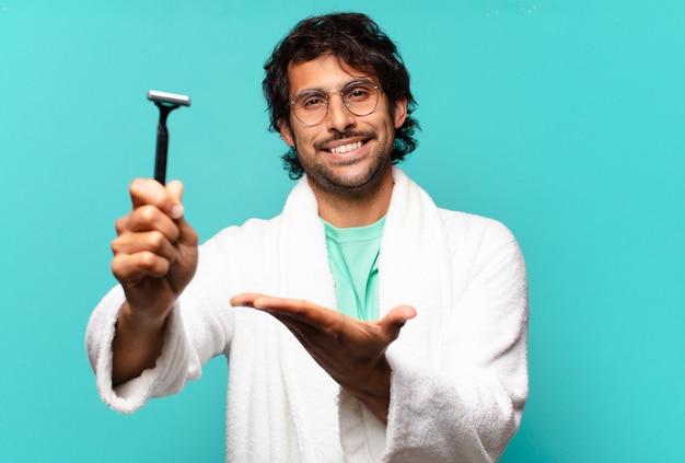 Concetto di rasatura dell'uomo indiano bello adulto