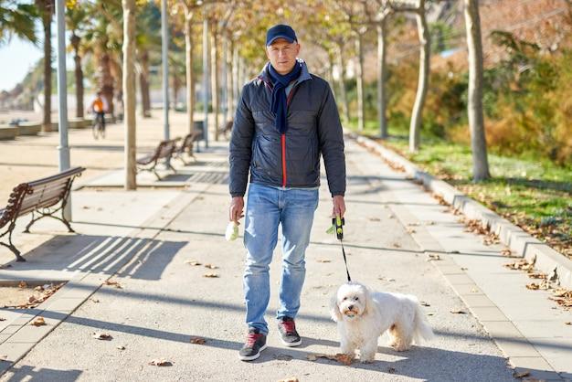 Parco a piedi del cane di piccola taglia bianco del maschio adulto