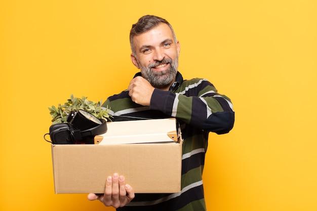 Uomo adulto che si sente felice, positivo e di successo, motivato quando affronta una sfida o celebra buoni risultati