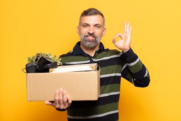 Uomo adulto che si sente felice, rilassato e soddisfatto, mostrando approvazione con un gesto ok, sorridendo