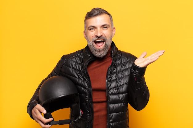 Uomo adulto che si sente felice