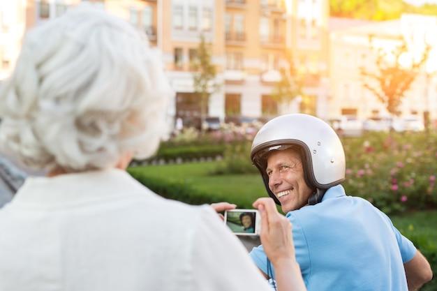 Uomo adulto nel sorridere del casco.