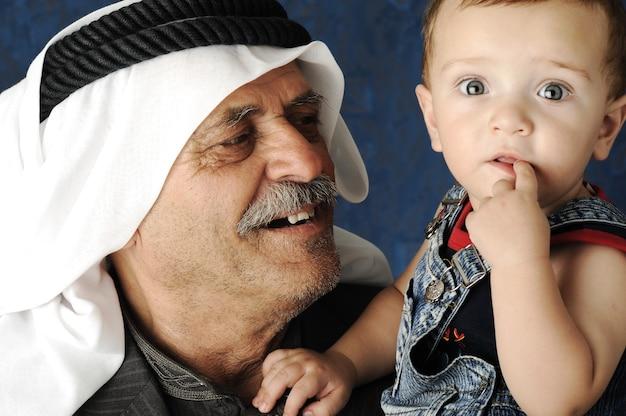 Uomo adulto che tiene in braccio un bambino piccolo