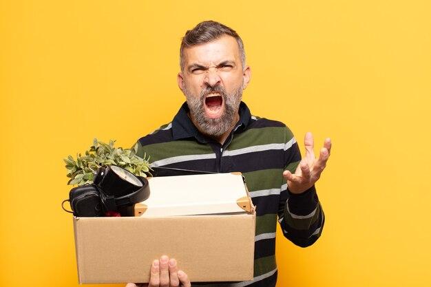 Uomo adulto che sembra arrabbiato, infastidito e frustrato urlando o cosa c'è che non va in te