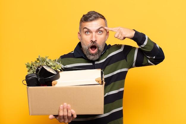 Uomo adulto che sembra sorpreso, a bocca aperta, scioccato, realizzando un nuovo pensiero, idea o concetto