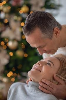 L'uomo e la donna adulti stanno per baciare il primo piano