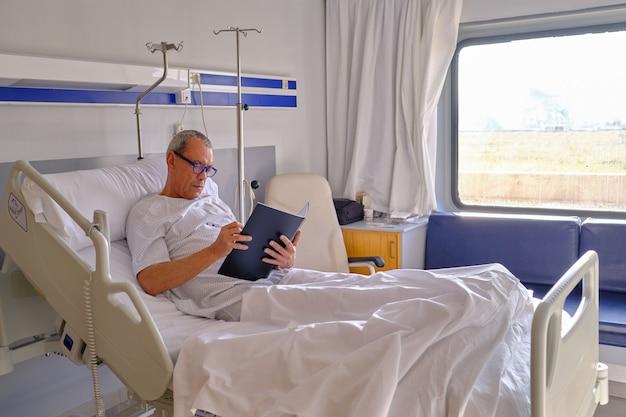 Un paziente adulto che lavora in ospedale - concetto di salute e assicurazione