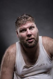 Uomo adulto sorpreso con la barba