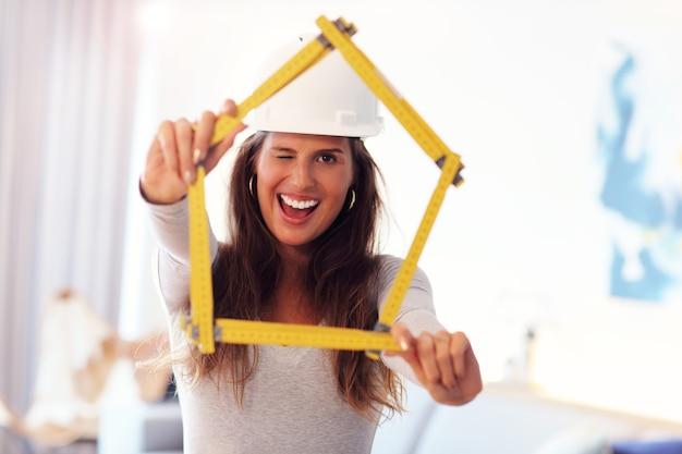 Donna adulta che fa miglioramenti a casa