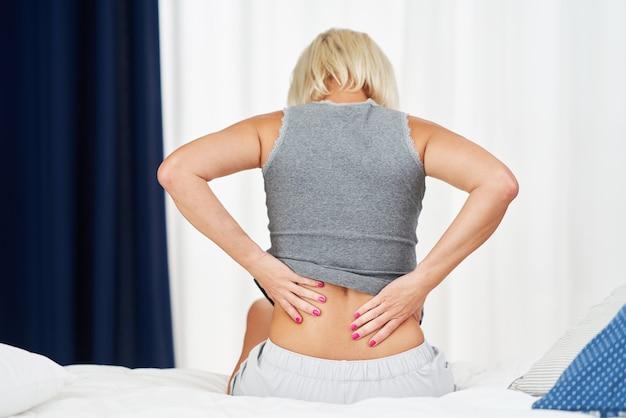 Donna adulta che si sente male e soffre di mal di schiena