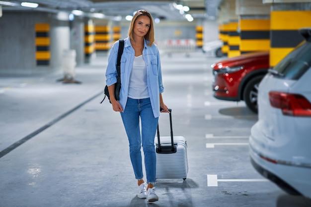 Turista adulta nel parcheggio sotterraneo dell'aeroporto