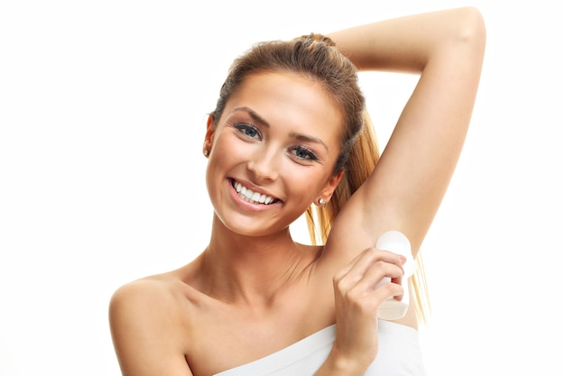 Donna adulta che usa il deodorante
