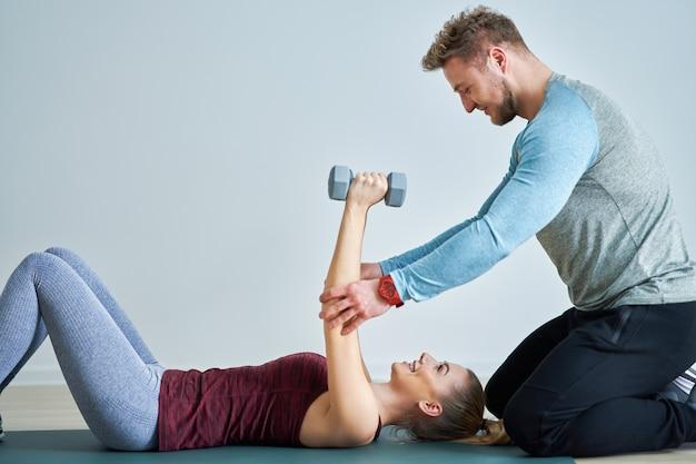 Donna adulta con il suo personal trainer