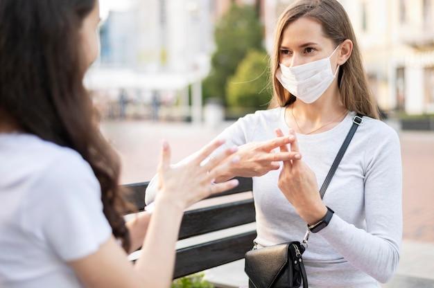 Donne adulte che comunicano attraverso il linguaggio dei segni