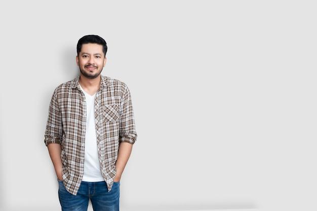 Sorridere isolato uomo asiatico giovane adulto