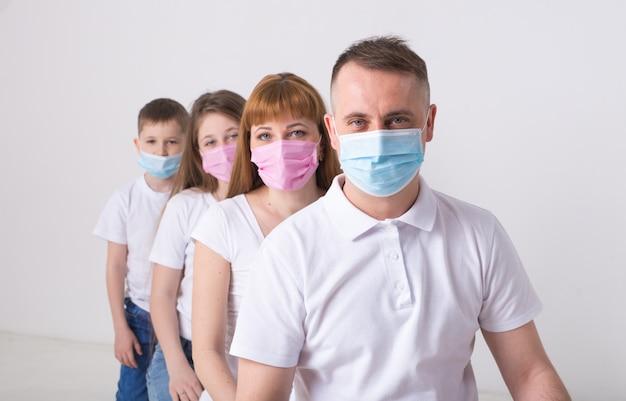 Adulti e bambini usano maschere mediche.