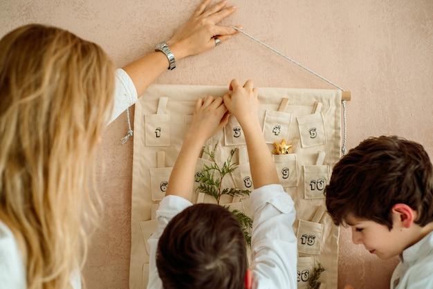 Il calendario dell'avvento appeso al muro. regali sorprese per i bambini. due ragazzi emotivi
