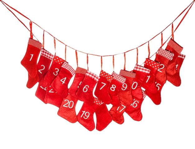 Calendario dell'avvento. calza rossa di natale isolata su fondo bianco. simbolo delle vacanze invernali