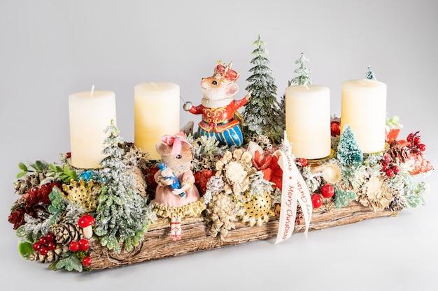 Composizione dell'avvento con candele, mini decorazione per la tavola fatta a mano per capodanno, decorazione interna dell'albero di natale artificiale