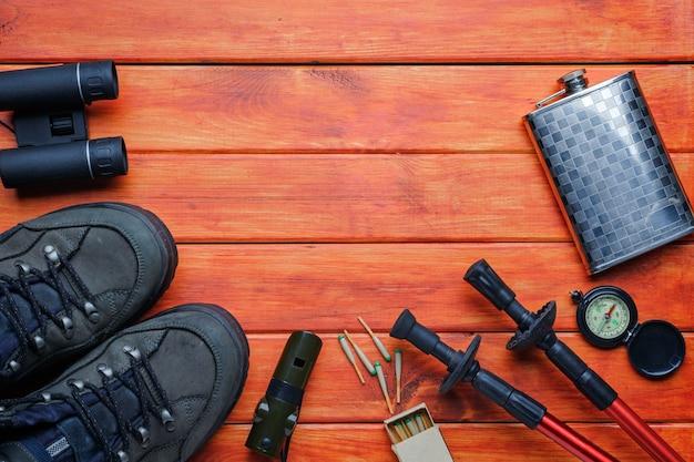 Concetto di sfondo avventura. articoli per backpacker, escursioni o gite in montagna