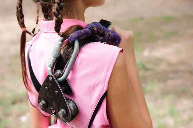 Avventura che scala il parco di alto cavo - facendo un'escursione nella ragazza del parco della corda.