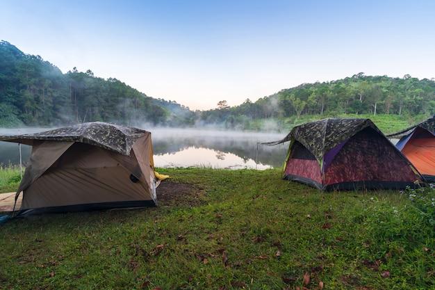 Avventure in campeggio e campeggio al mattino con nebbia leggera a pang-ung, mae hong son