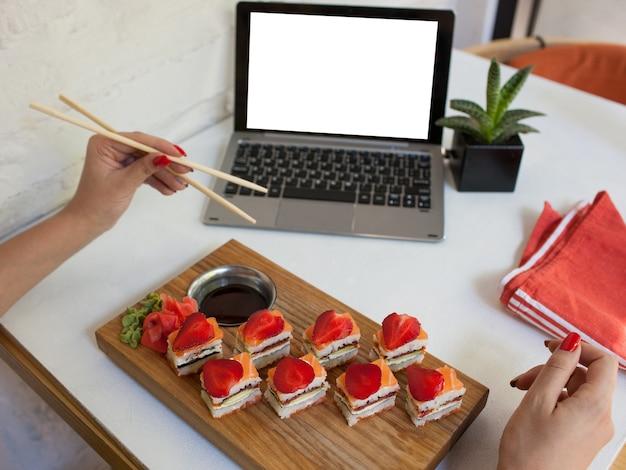 Pubblicità e-commerce food blogger ristorante pasto concetto. cucina giapponese