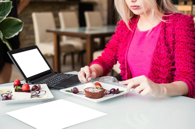 Pubblicità e-commerce ristorante servizio di cibo. stile di vita blogger. concetto di tempo libero