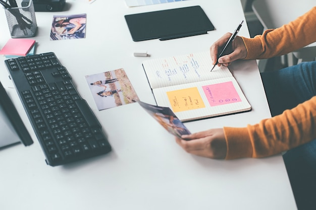 Team di start-up creativo di designer di agenzie pubblicitarie che discute idee in ufficio.