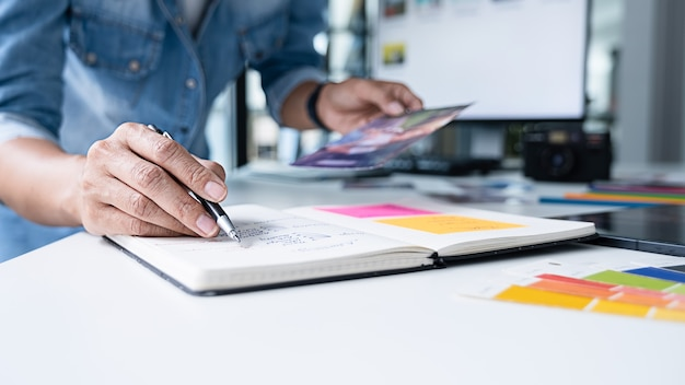 Team di start-up creativo designer di agenzie pubblicitarie che discutono idee in ufficio.