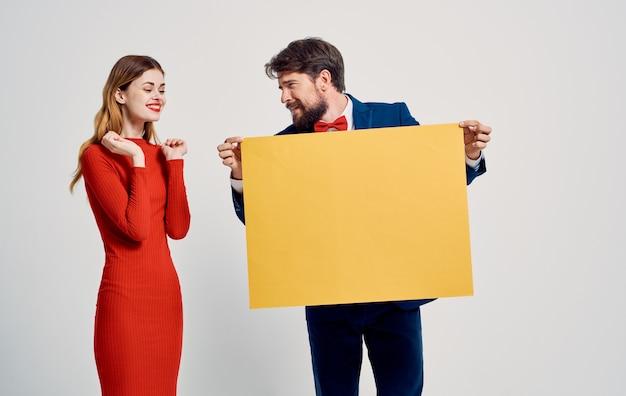 Mockup pubblicitario poster spazio luminoso uomo e donna