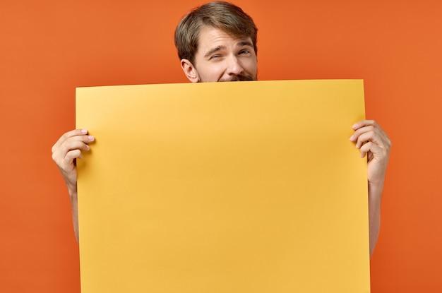 Cartello pubblicitario poster mockup man in the orange