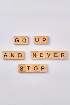 Consiglia per la vita di successo. frase motivazionale scritta con blocchi di legno. isolato su sfondo bianco.