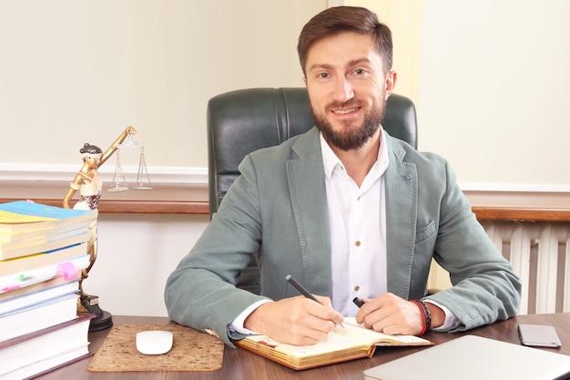 Advocacy e attività legale. avvocato di successo al lavoro in ufficio