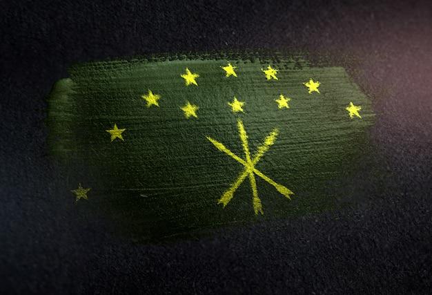 Bandiera di adygea fatta di vernice pennello metallico sulla parete scura del grunge