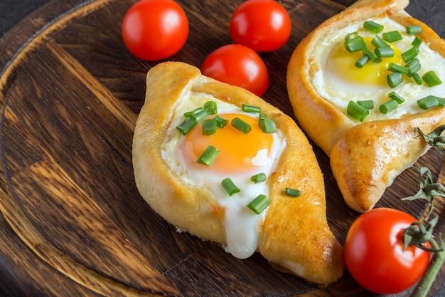 Khachapuri adzhariano con uovo
