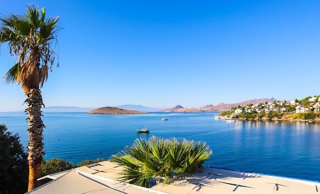 Costa egea con meravigliose acque blu ricche di natura isole montagne e piccole case bianche