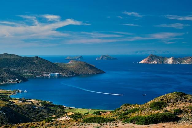 Mar egeo vicino all'isola di milos con nave traghetto catamarano motoscafo in grecia