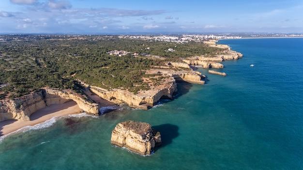Aerea. belle spiagge portoghesi marinha, vista di albufeira dal cielo.