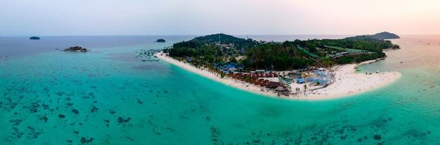 Vista panoramica aerea a volo d'uccello delle isole di lipe in serata, satun, thailandia, mare tranquillo paesaggio, oceano verde-blu, montagna verde, luogo di viaggio e relax, vista dall'alto ad alto angolo di drone