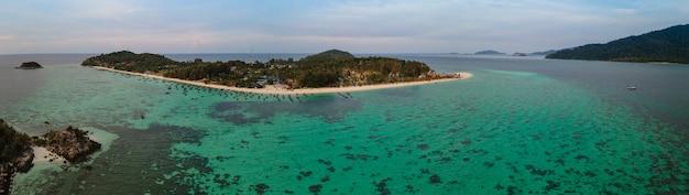 Vista panoramica aerea dell'occhio dell'uccello delle isole di lipe e parte delle isole di adang, satun, thailandia, mare tranquillo paesaggio, oceano verde-blu, montagna verde, luogo di viaggio e relax, vista dall'alto ad alto angolo di drone
