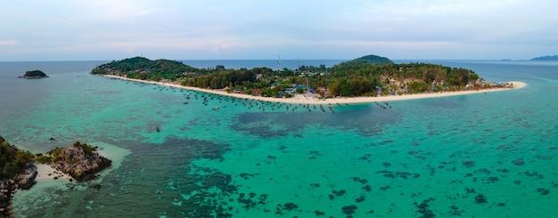Vista panoramica aerea a volo d'uccello delle isole lipe, satun, thailandia, paesaggio pacifico vista mare panoramica, oceano verde-blu, montagna verde, luogo di viaggio e relax, vista dall'alto ad alto angolo di drone