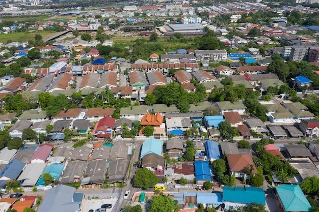 Vista aerea della città dal drone volante a nonthaburi, thailandia, vista dall'alto della città