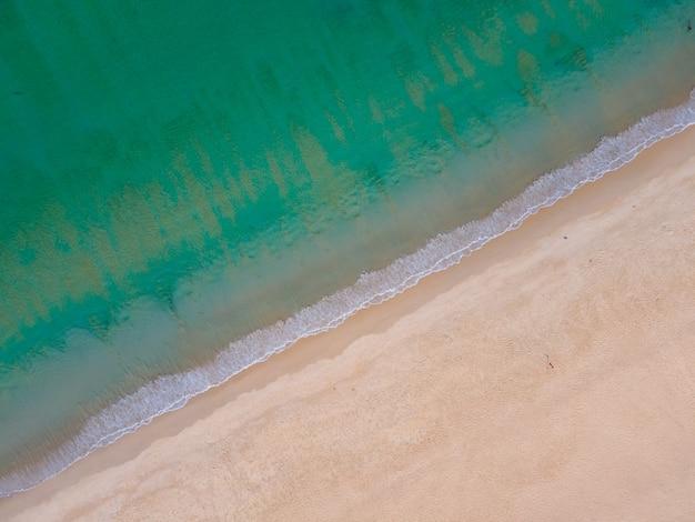 Vista aerea e diagonale delle onde dell'oceano sulla costa grande