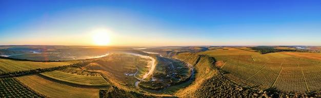 Vista panoramica del drone aereo della vecchia orhei al tramonto valle con fiume e villaggio di nebbia