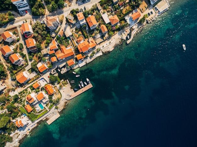 Foto aerea del drone vista dall'alto ville case e hotel sulla spiaggia in montenegro mare adriatico