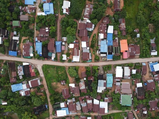 Fotografia aerea con drone di una zona residenziale con un gran numero di case in campagna.