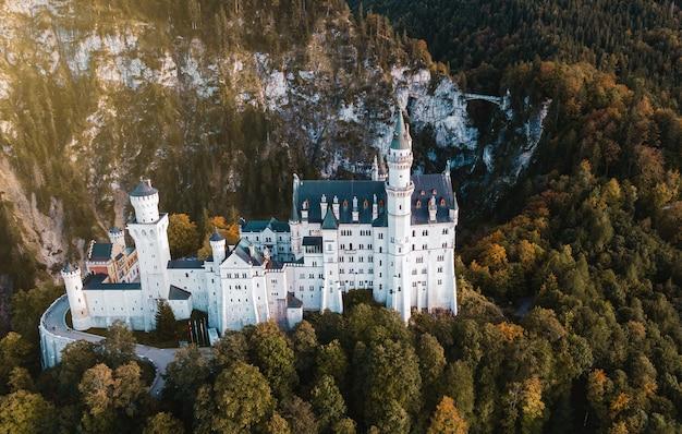 Fotografia aerea con drone del castello di neuschwanstein e del ponte nelle alpi bavaresi, germania